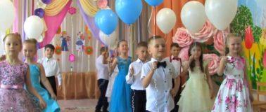 Дети с воздушными шарами на выпускном