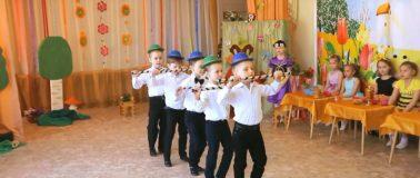 Мальчишки танцуют на утреннике