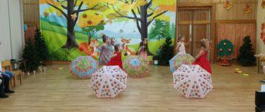 Танец девочек с зонтиками